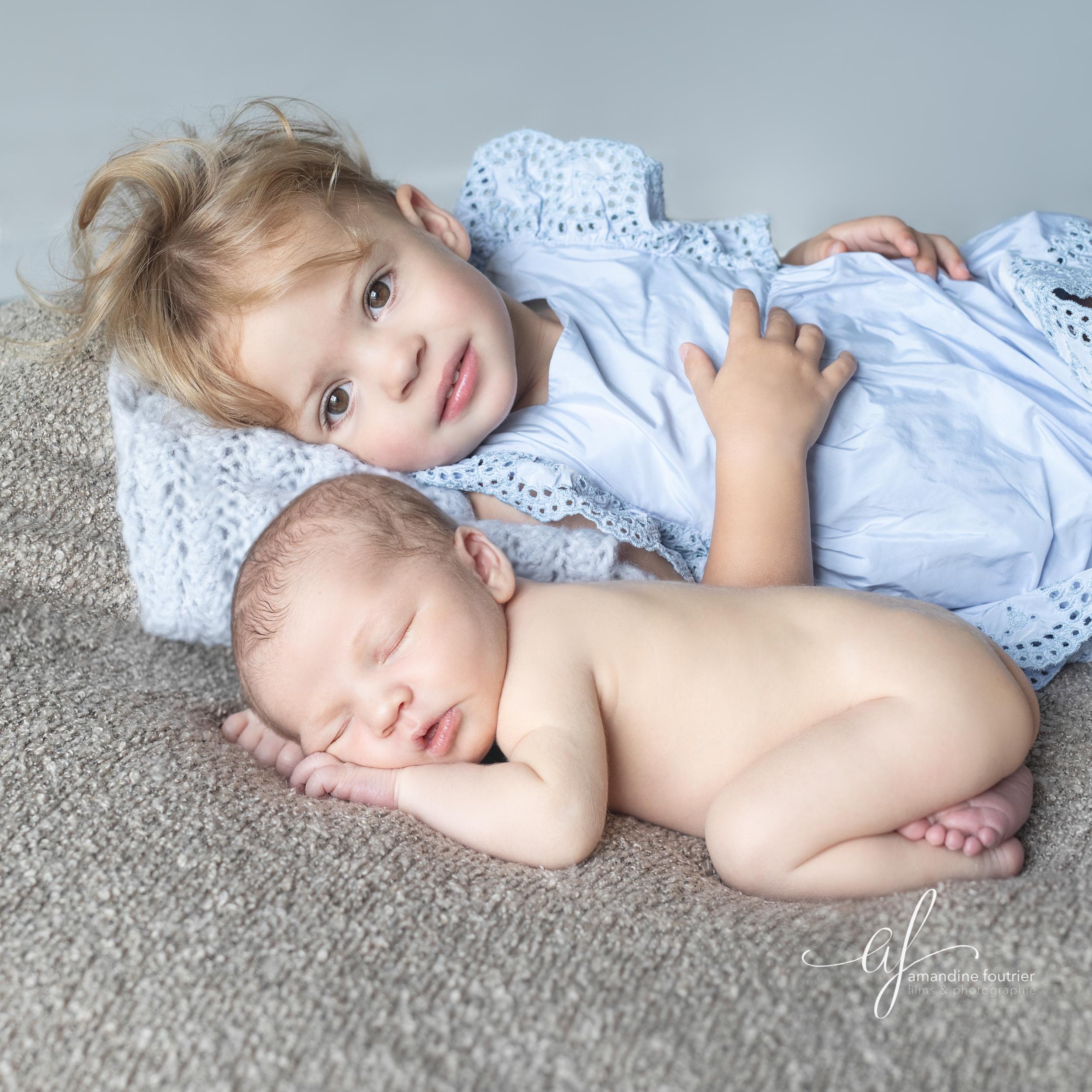 Séance Nouveau-né avec la grande sœur